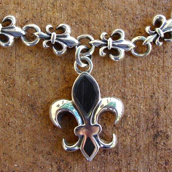 FLEUR-DE-LIS PENDANT WOOD SELECT [WOMENS]